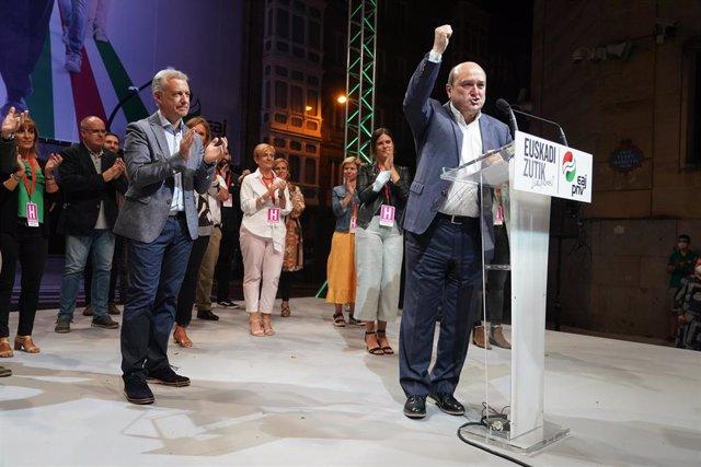 El lehendakari y candidato a la reelección por el PNV, Iñigo Urkullu, aplaude al presidente del EBB del PNV, Andoni Ortuzar, durante su intervención tras conocer la victoria de la formación en las elecciones vascas