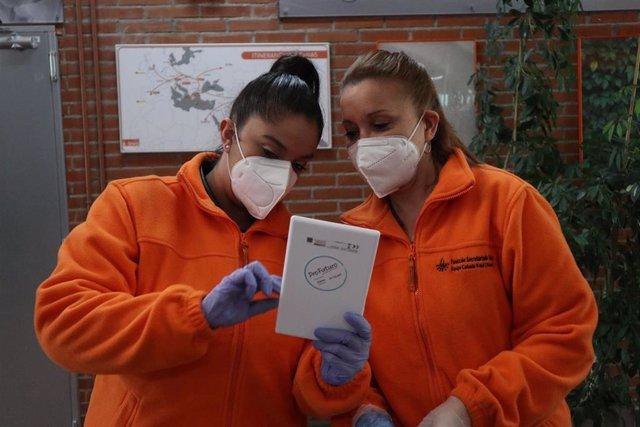 La Fundación Secretariado Gitano y ProFuturo reparten 300 tablets a estudiantes gitanos para facilitar la educación desde casa