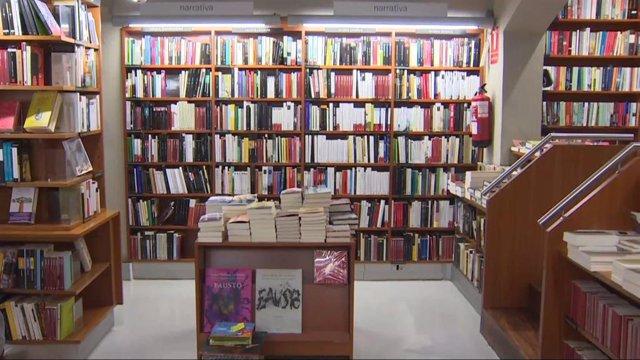 Imatges d'una llibreria amb encàrrecs per Sant Jordi (arxiu).