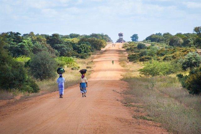 Dues dones en un camí a Moçambic