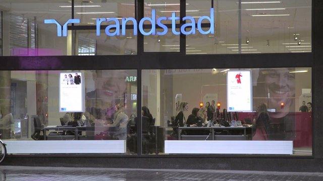 Logotipo de Randstad en un edificio.