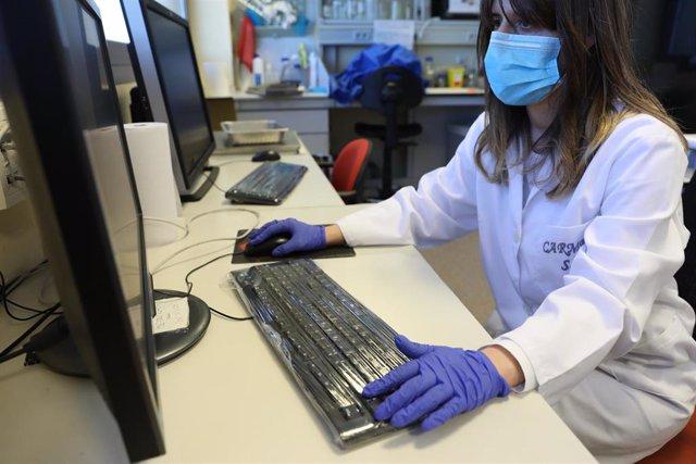 Una bióloga del Centro de Biología Molecular Severo Ochoa en el Campus de Cantoblanco de la Universidad Autónoma trabaja en un ordenador. En Madrid (España), a 20 de mayo de 2020.