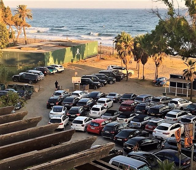 Coches aparcados en la playa.