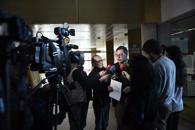 El portavoz del Partido Popular en la Asamblea de Madrid, Alfonso Serrano, explica a los medios la PNL que ha registrado el grupo parlamentario popular en la piden que Sánchez rechace públicamente las exigencias de ERC y Bildu tras apoyar su investidura,