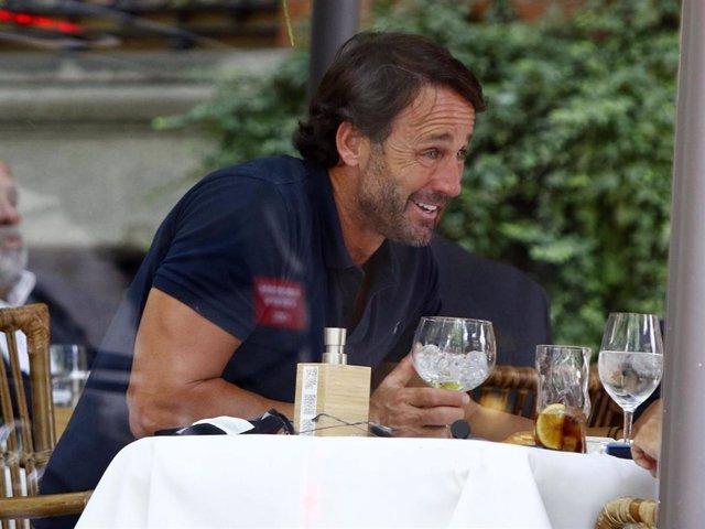 Álvaro Muñoz Escassi, relajada comida con un amigo en uno de los restaurantes más populares de la capital