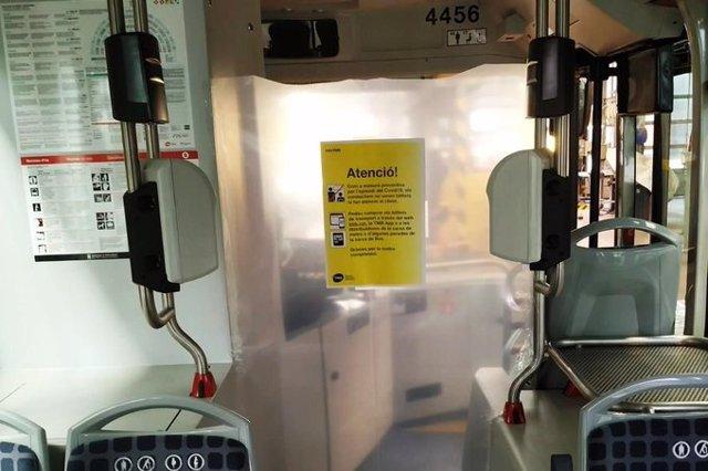 Una mampara de seguretat en un autobús de Transports Metropolitans de Barcelona (TMB)