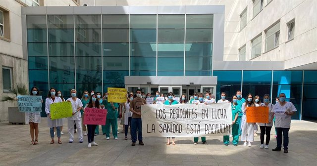 Residentes sanitarios riojanos concentrados junto al San Pedro