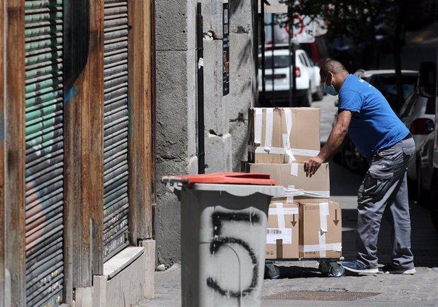 Un trabajador del sector de las mudanzas, que está bajo mínimos y se encuentra con dificultades para llevar a cabo incluso las que son indispensables, durante el estado de alarma. En Madrid (España), a 29 de abril de 2020.