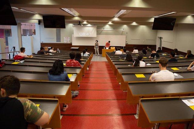 Estudiants de batxillerat abans de començar els exàmens de les proves d'accés a la universitat (PAU), al Campus Ciutadella. Barcelona, Catalunya (Espanya), 7 de juliol del 2020.