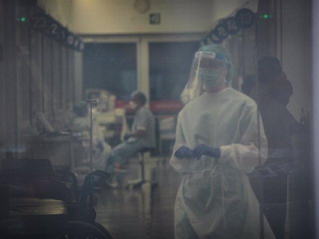 Trabajadores sanitarios en el interior del Complejo Hospitalario de Navarra donde durante la jornada de hoy diversos voluntarios de la asociación sin ánimo de lucro DYA las han desinfectado para prevenir la expansión del coronavirus. En Pamplona, (Navarra