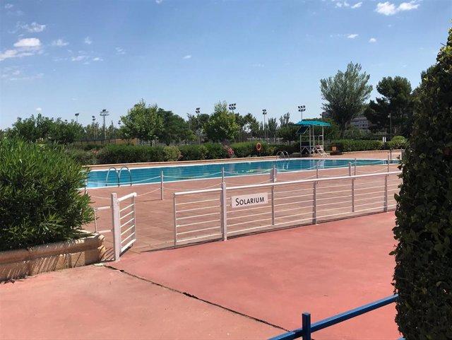 Seto delante de una piscina