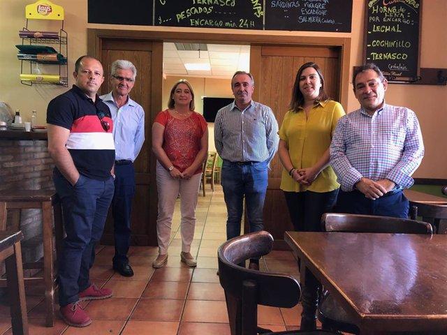 La diputada de Desarrollo Territorial María Ariño junto con diputados de la Diputación de Soria y representantes municipales en una visita al multiservicio de Corbalán.