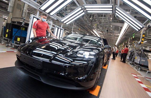 Imagen de la producción del Porsche Taycan.