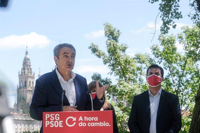 El expresidente del Gobierno José Luis Rodríguez Zapatero interviene para apoyar al candidato del PSdeG a la presidencia de la Xunta de Galicia, Gonzalo Caballero (mascarilla roja), durante su visita por Santiago de Compostela