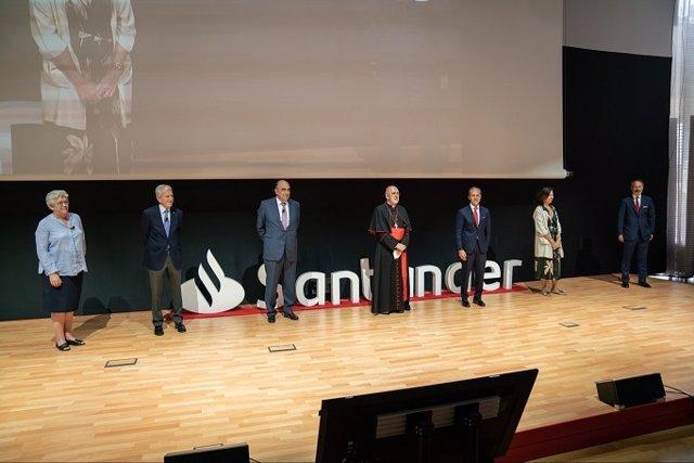 (I-D) María Rosario Ríos (Confer); Manuel Bretón (Cáritas); Luis Isasi (Santander); Cardenal Carlos Osoro; Rami Aboukhair (Santander); Clara Pardo Gil (Manos Unidas) Y Miguel Ángel Sánchez Lozano (Santander AM)