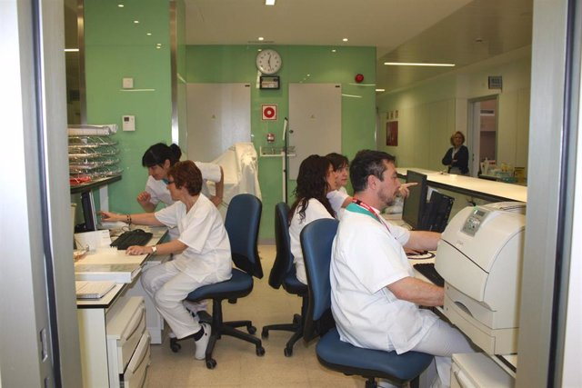 Imagen de archivo de personal sanitarios trabajando en un módulo del Diraya, programa informático del Servicio Andaluz de Salud.
