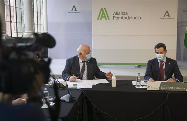El presidente de la Junta, Juanma Moreno (d), junto al consejero de Salud y Familias, Jesús Aguirre (i), durante su reunión en el marco de la Alianza por Andalucía y en el que participan representantes del ámbito sanitario andaluz. En el Palacio de San Te