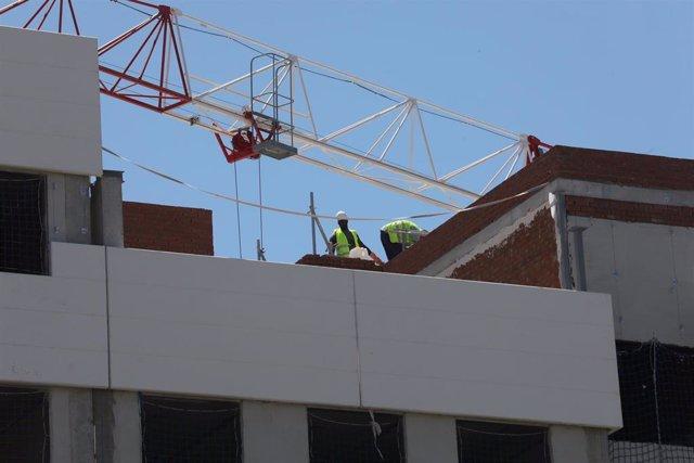 Dos obreros trabajan en la construcción de un edificio en Madrid (España), a 6 de julio de 2020. El precio medio de la vivienda terminada (nueva y usada) en España ha descendido un 1,1% desde el inicio del estado de alarma, según el índice general de la e