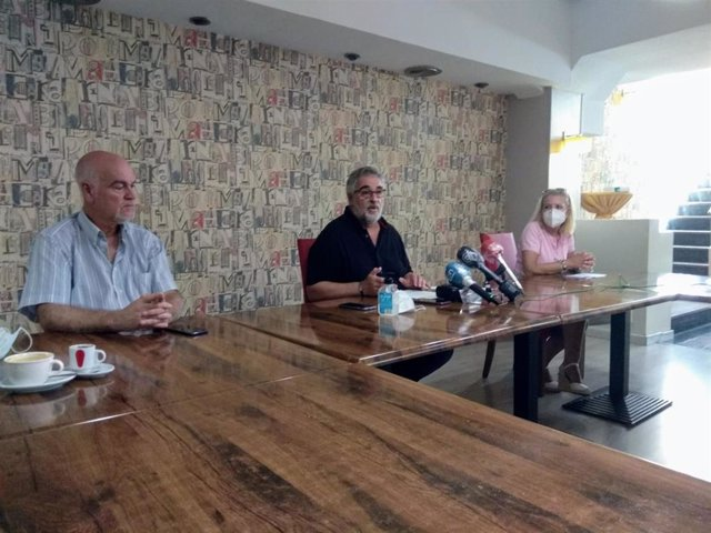 En el centro, el coordinador de la Mesa en Defensa del Ferrocarril de Almería, José Carlos Tejada