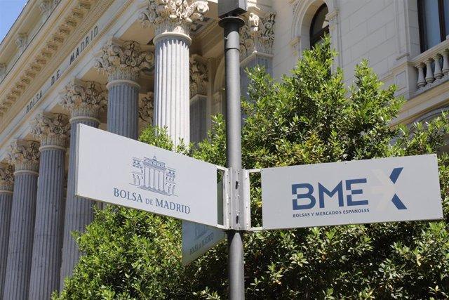 Señal de la Bolsa de Madrid frente a la fachada del edificio