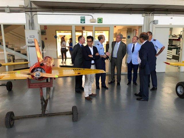 Imagen de una visita del consejero de Economía, Rogelio Velasco, a las instalaciones del INTA en El Arenosillo (Huelva).