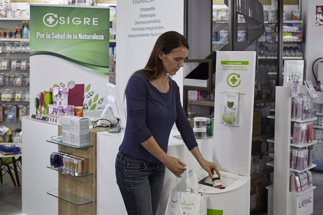 Una consumidora deposita residuos de medicamentos en un punto SIGRE.