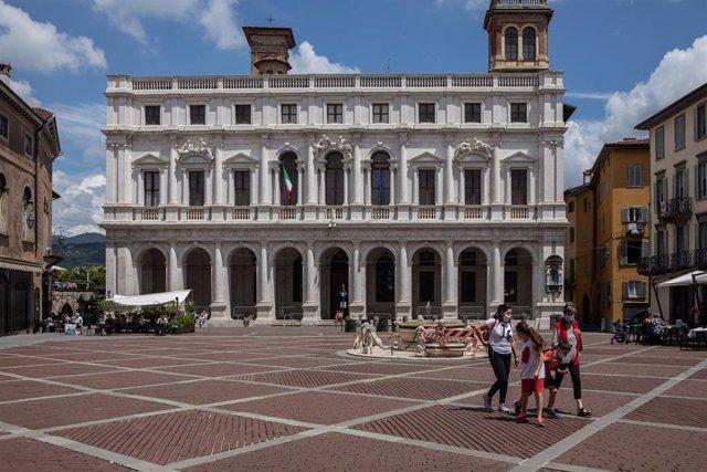 Una familia pasea por el centro de la ciudad italiana de Bérgamo