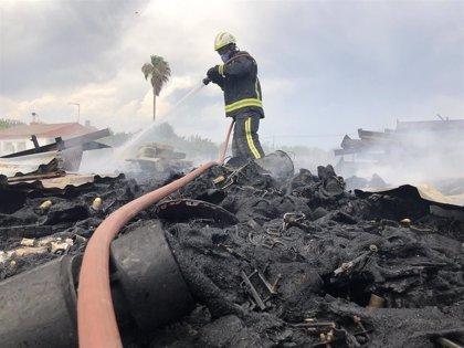 Cinco parcelas desalojadas en el incendio de Córdoba, que ha quemado un almacén de plásticos