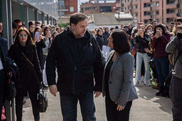El líder de ERC, Oriol Junqueras, en el Campus Manresa de la UVic-UCC, a donde fue el 3 de marzo de 2020 para dar clases durante una salida de la cárcel, charla con la vicerrectora Silvia Mas.