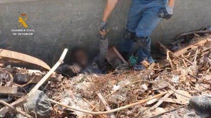 Rescatan en Melilla a ocho aspirantes a polizones escondidos en un camión de chatarra con destino Almería