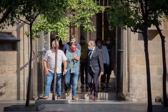 (D-I) El presidente de la Generalitat, Quim Torra; y el secretario general de UGT Catalunya, Camil Ros, antes de la recepción de una representación de sindicatos y trabajadores de empresas proveedoras y auxiliares de Nissan que piden una concreción del pl