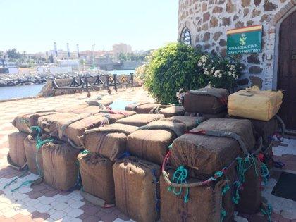 La Guardia Civil recoge en aguas del Estrecho dos toneladas de hachís tras perseguir dos 'narcolanchas'
