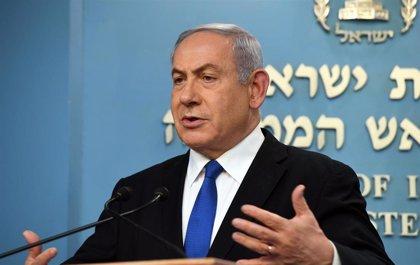 Miles de personas protestan frente a la residencia de Netanyahu para reclamar su dimisión como primer ministro de Israel