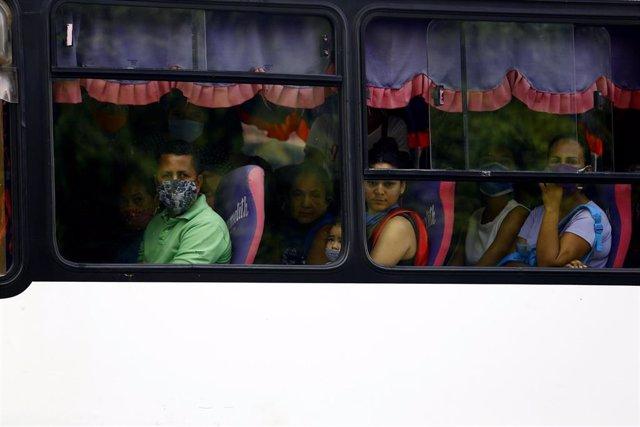 Varias personas son mascarilla en un autobús en Venezuela.