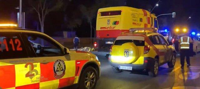 Vehículos del Samur-Protección Civil en el lugar del accidente en la zona de Virgen del Puerto.