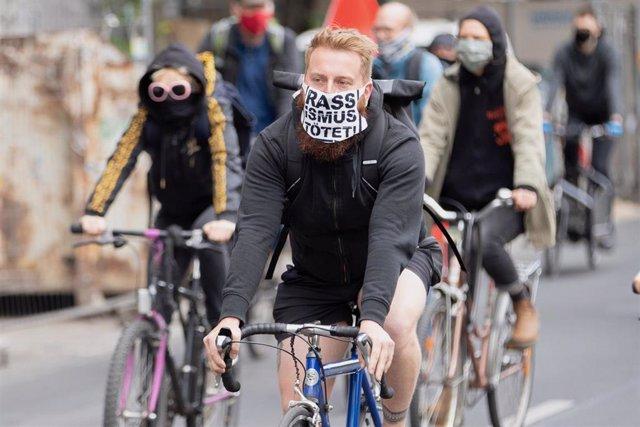 Participantes en una marcha ciclista contra el racismo en Berlín