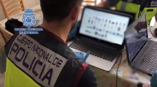 Un agente de la Policía Nacional investiga en las redes sociales casos de sextorsión.