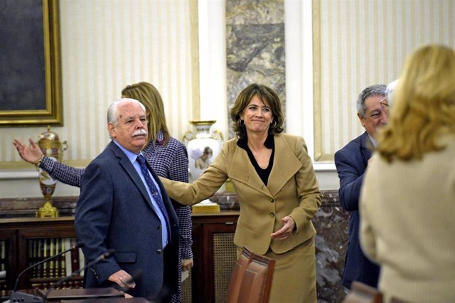La fiscal general del Estado, Dolores Delgado saluda al teniente fiscal del Supremo, Luis Navajas, minutos antes de su toma posesión como miembro nato del Consejo Fiscal, Madrid (España), a 4 de marzo de 2020.