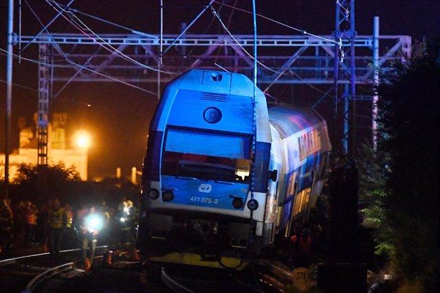 El tren de pasajeros que ha chocado contra un tren de Correos en Cesky Brod, al este de Praga