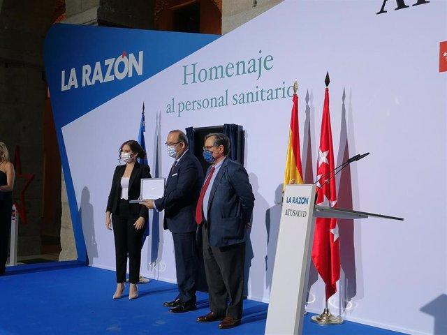 Presidente SEMG recibiendo el premio La Razón