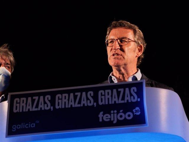 El presidente de la Xunta y candidato a la reelección por el PP, Alberto Núñez Feijóo, valora los buenos resultados obtenidos por su formación en las elecciones gallegas durante la noche electoral del 12J en Santiago de Compostela, A Coruña, Galicia (Espa