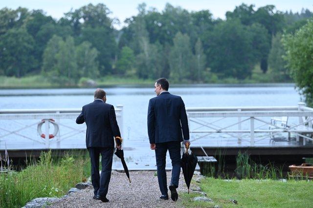 El presidente del Gobierno, Pedro Sánchez (i), junto con el primer ministro sueco, Stefan Löfven (d).