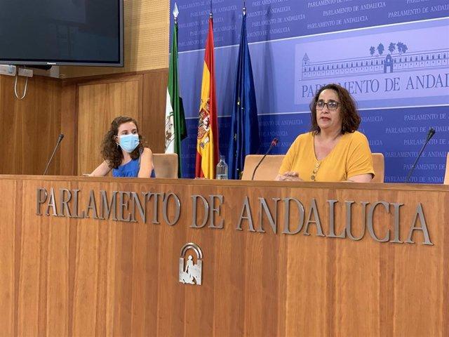 La portavoz adjunta del grupo parlamentario Adelante Andalucía, Ángela Aguilera, y la portavoz en la comisión de Igualdad, Ana Villaverde, en rueda de prensa