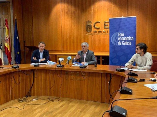 Santiago Lago (centro) en la presentación de un informe del Foro Económico