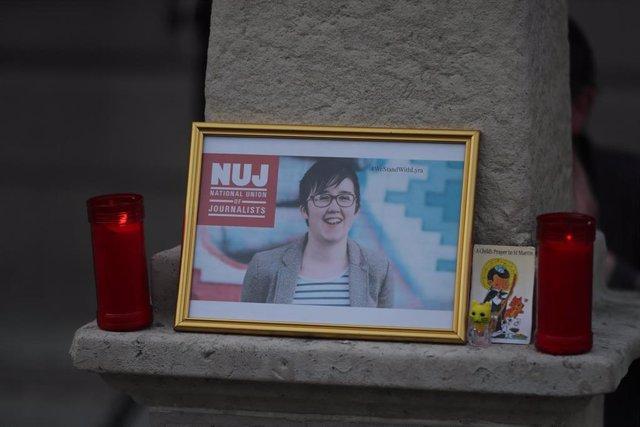 Retrato de la periodista Lyra McKee en una vigilia en su recuerdo en Dublín tras su asesinato en Londonderry en abril de 2019