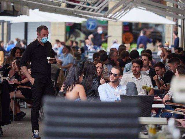 Aglomeración de personas en una terraza de la famosa Plaza del Castillo en las jornadas previas a la entrada en la fase 3 de la desescalada en Pamplona, Navarra, España, a 6 de junio de 2020.