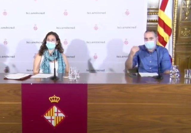 La teniente de alcalde de Derechos Sociales, Laura Pérez, y el concejal de Emergencia Climática y Transición Ecológica, Eloi Badia, en una rueda de prensa sobre las medidas para hacer frente al calor en Barcelona