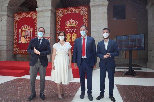 La presidenta de la Comunidad de Madrid, Isabel Díaz Ayuso; junto con el vicepresidente, Ignacio Aguado; el portavoz del PP, Alfonso Serrano y el portavoz de Cs, César Zafra