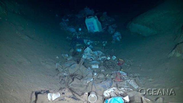 Oceana denuncia que el 99 por ciento del plástico que queda abandonado en el mar termina en el fondo y apenas el 1 por ciento se queda en superficie.