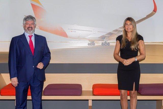 Mariola Pino, presidenta de Getting Greener, y José Luis Álvarez Anderson, Director de Administración y Finanzas de Iberia, durante la firma del acuerdo.